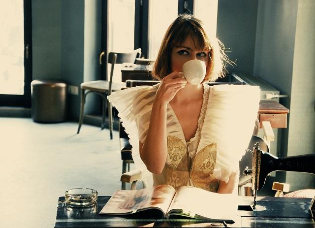 お茶を飲む美女